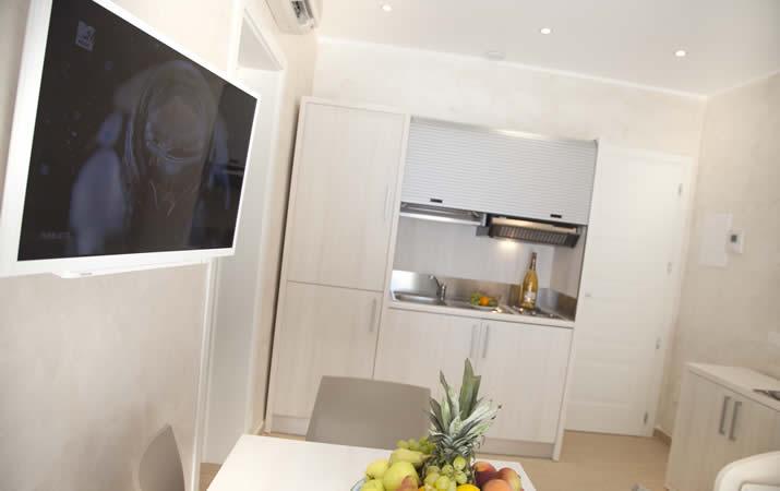 Appartamento con camera matrimoniale e cucina attrezzata