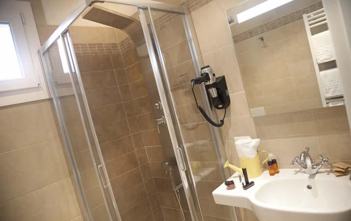 Bagno appartamento con doccia e asciugacapelli